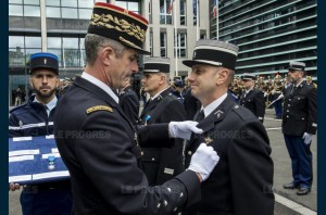 le-general-d-armee-denis-favier-remet-la-croix-d-officier-dans-l-ordre-national-du-merite-au-colonel-philippe-guichard-photo-sirpa-gendarmerie-maj-balsamo-1479278308